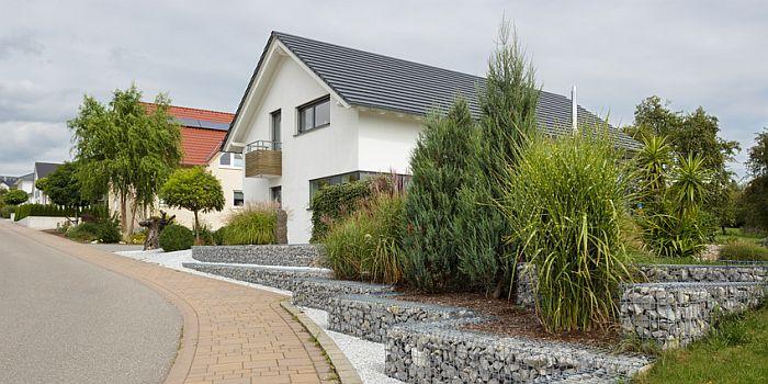Ein freistehendes Einfamilienhaus mit Balkon und Garten. Foto: ThomBal/fotolia.com