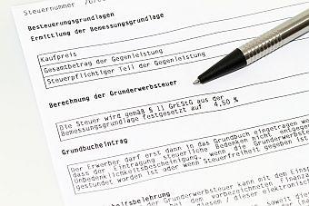 Kaufvertrag und Grundbucheintrag für ein Grundstück, Foto: Denis Junker /fotolia.com