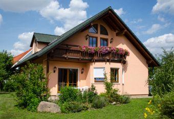 Freistehendes Einfamilienhaus mit Balkon. Foto: JS/fotolia.com